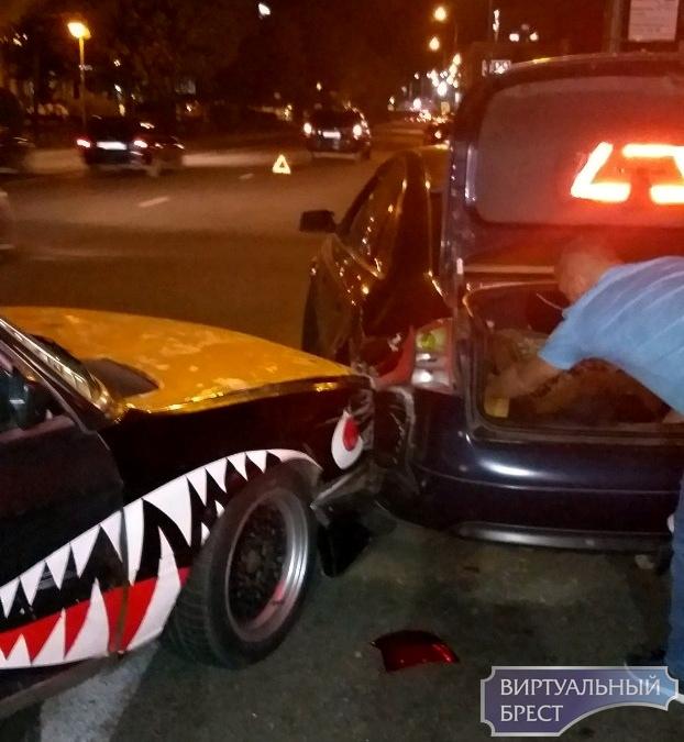 """Опубликовано видео вчерашней аварии на бульваре с участием БМВ с """"акульей пастью"""""""