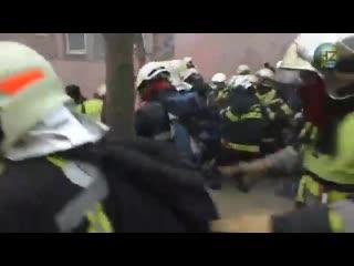 Французские пожарные против полиции. простесты из-за низкой зарплаты