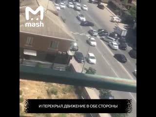В Дагестане лихач устроил танцы на машине вокруг свадебного кортежа