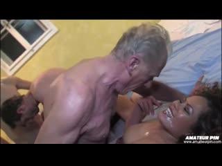 Старый дед пялит проституку и целует ее обкончанную