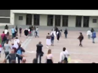 Девушки обнимаются с силовиками в Минске