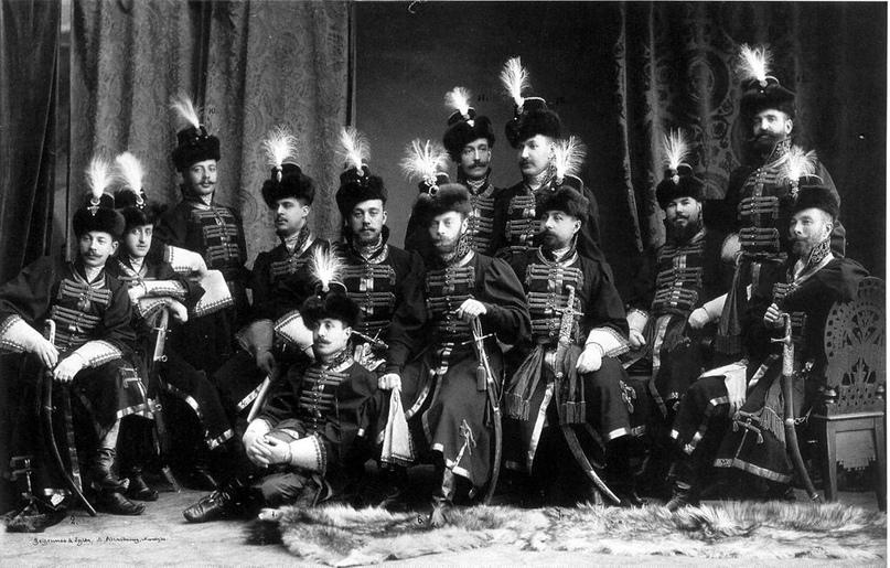 Офицеры Преображенского полка фотографируются в Зимнем, после мира.
