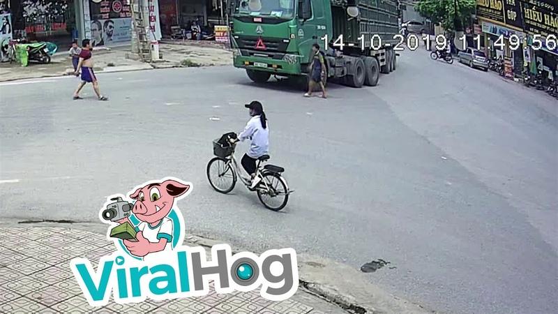 Велосипед едет в грузовик Слепое пятно ViralHog