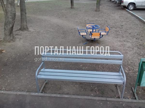 Лавочки во дворе на Федора Полетаева привели в порядок коммунальщики