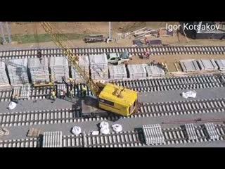Крымский мост() Два ПУТЕУКЛАДЧИКА на мосту СВАРКА РЕЛЬСОВ ПРОЦЕСС сбор