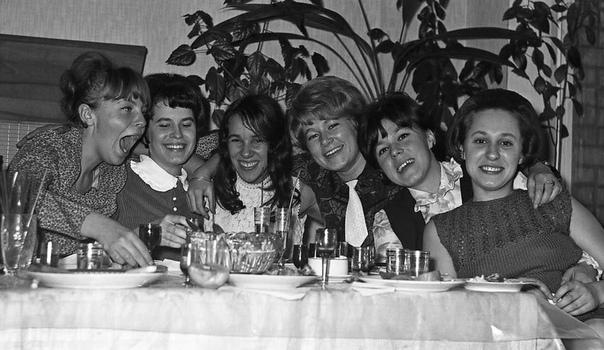ДевчОнки в ресторане.
