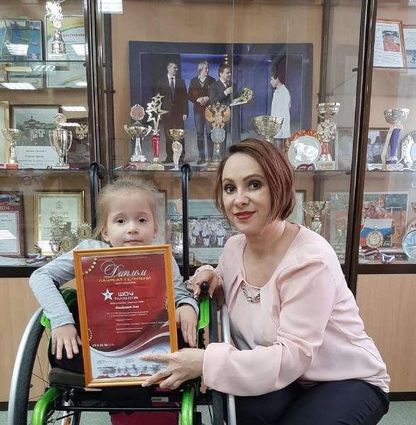 Вокал малышки на инвалидной коляске из Дмитрова поразил жюри международного конкурса