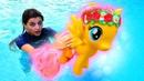 Литл Пони в аквапарке! Флаттершай не умеет плавать - Игрушки пони. Ох, уж эти куклы!