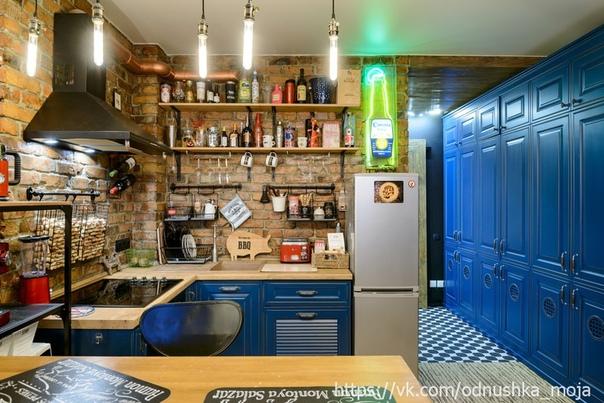 Небольшая светлая классическая кухонька