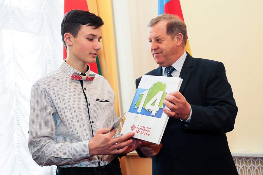 Очень важно выбрать верную дорогу - Лис вручил паспорта учащимся Брестской области
