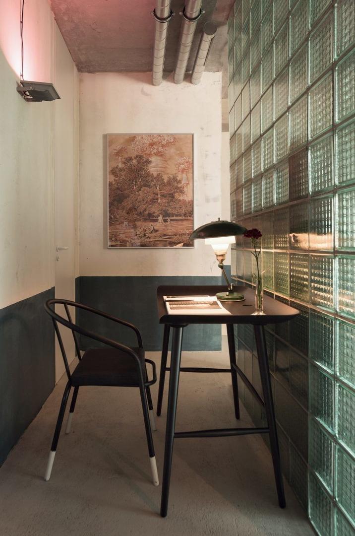 Studio11 объединил индустриальную отделку с шикарной мебелью и красочными произведениями искусства, чтобы создать интерьер своего офиса в Минске .