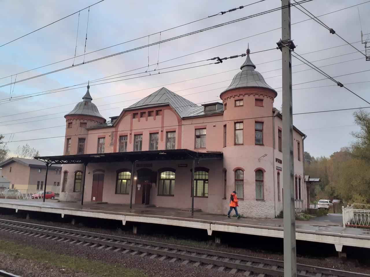 Железнодорожные прогулки. Старинный вокзал в Парголово. И как приветствуют друг друга поезда
