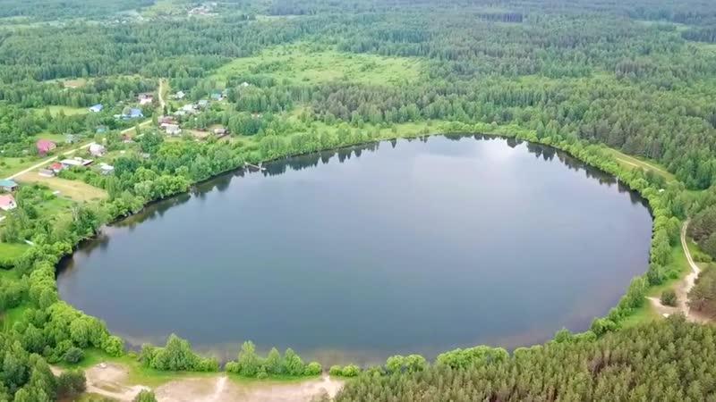 Карстовое озеро в форме яйца