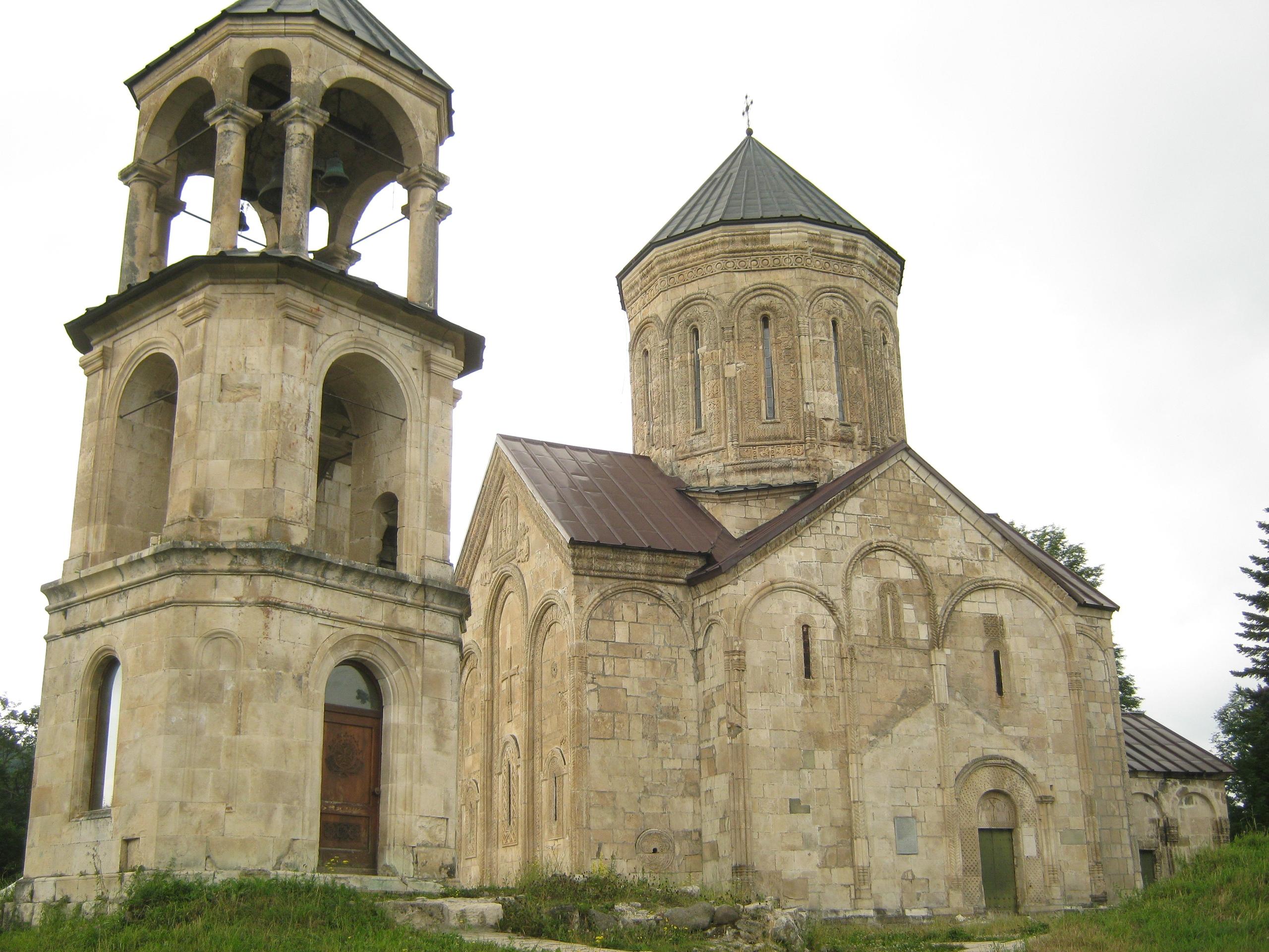 церковь Никорцминда с колокольней