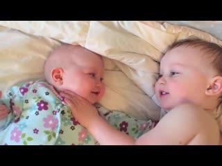 Этот малыш знает, как успокоить свою младшую сестру, когда она начинает плакать.mp4