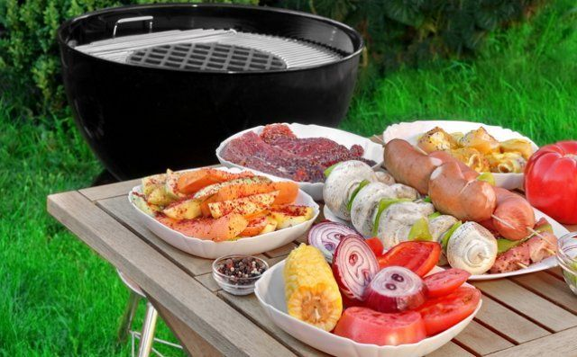 Возьмите с собой на шашлыки не только мясо, но и овощи, и закуски, и даже фрукты