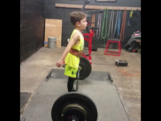 Мальчик делает становую тягу весом 47,6 кг