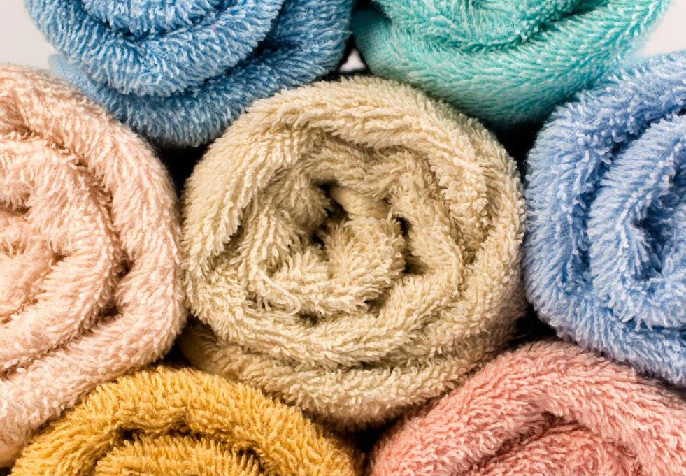 Чтобы высушить платье с блестками вручную, поместите его между двумя сухими полотенцами и осторожно надавите.