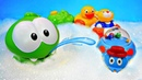 Om Nom ed i giocattoli divertenti Video e giochi per bambini in piscina