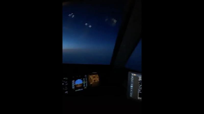 Мир глазами пилота Слева рассвет 🌅 справа ночь