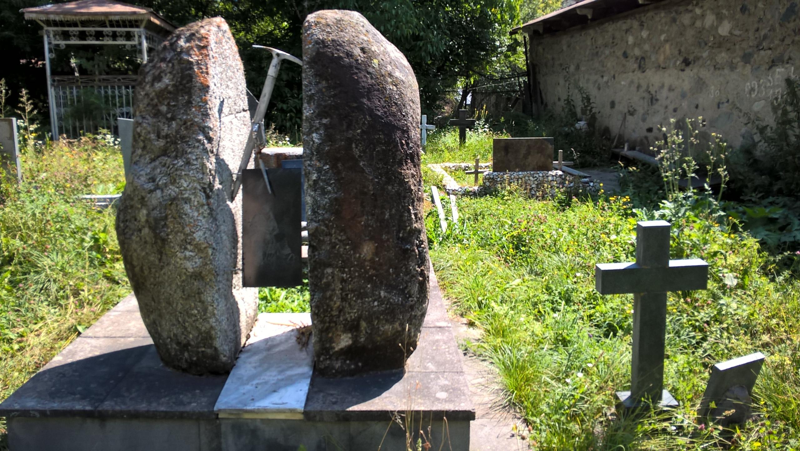 Надгробный памятник сванетскому альпинисту