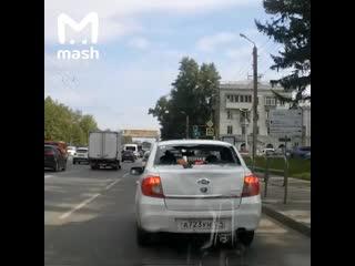 В Челябинске велосипедист головой пробил стекло Лады и сбежал с места аварии
