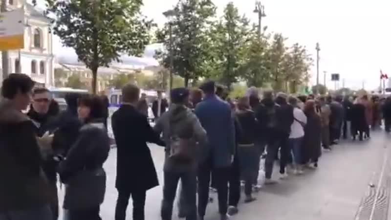 Очередь на одиночный пикет в поддержку актера Павла Устинова у здания Администрации президента