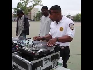 Police in nyc hop on the decks and rip! big up dj ace!🚨