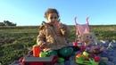 дети делают вид, что играют с куклой в парке развлечений