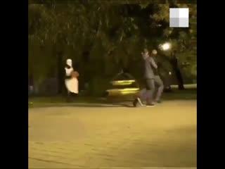 В Тюмени пранкер в маске прыгал на прохожих с бензопилой
