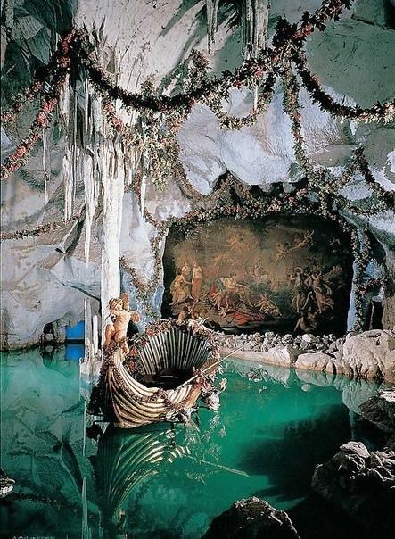 В замке Линдерхоф, а это единственный из сказочных замков Людвига II Баварского, построенный при его жизни (конец 19 века , есть необычное место. Называется оно Грот Венеры. Эту пещеру создали