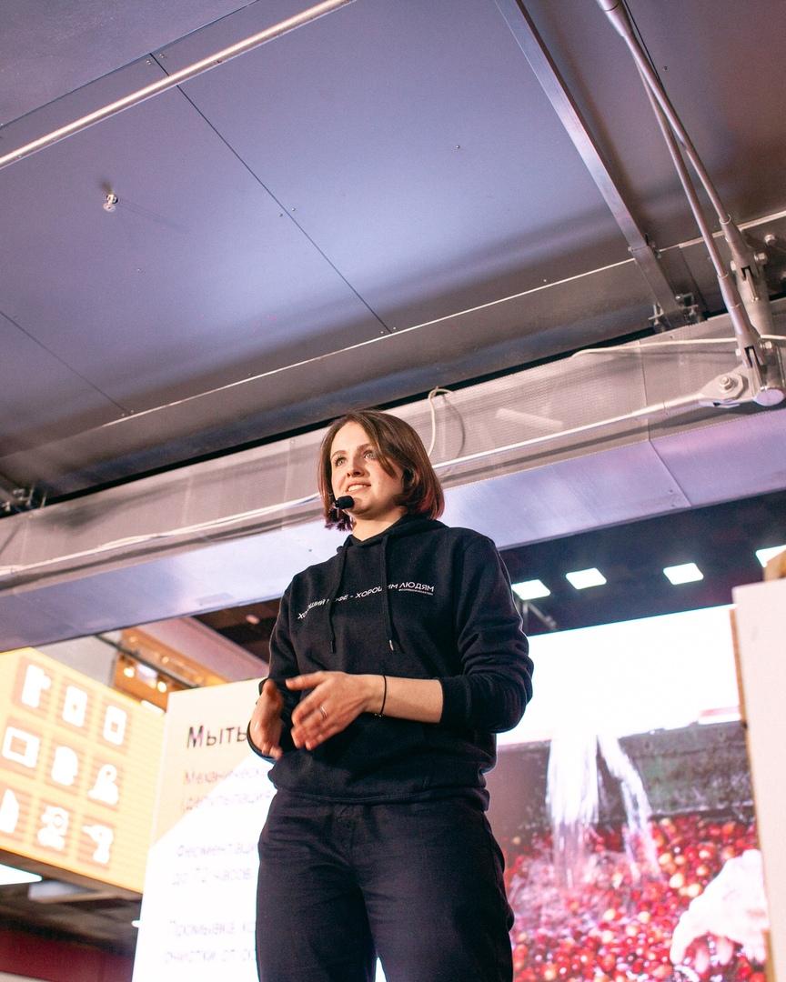Алёна Степаненко читает лекцию на сцене COFFAN