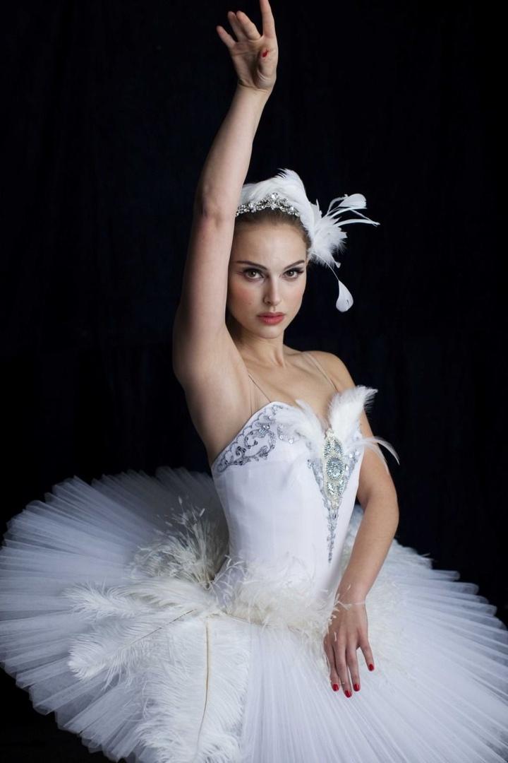 Натали Портман в образе белого и чёрного лебедя в психологическом триллере Дарре...