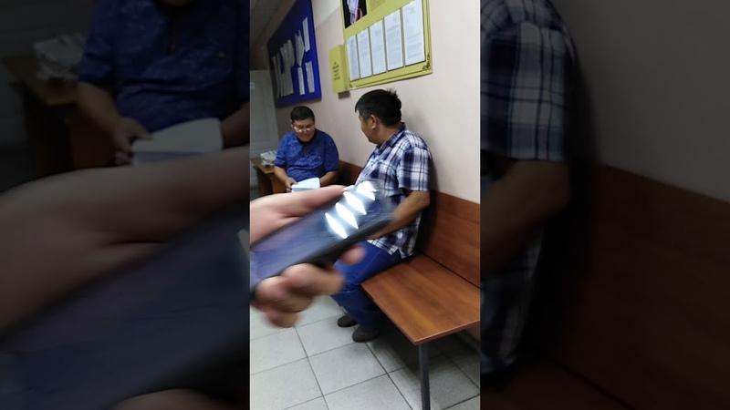 Позор В зале суда в с Курумкан Баргузинского районного суда перевернутые флаги России и Бурятии