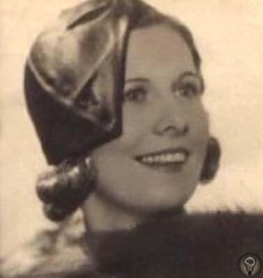Мэй Капоне, жена знаменитого гангстера Аль Капоне, кутается в меха, пытаясь скрыться от камер журналистов во время посещения мужа в тюрьме Алькатрас, 1929 год