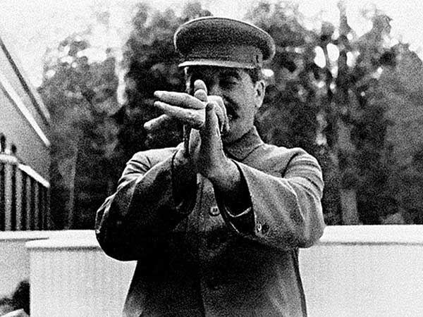 Новый год у товарища Сталина. Сталин встает и говорит: - Что-то нэвэсело, товарыщи. Давайтэ ыграть в ыгру.Все, зная характер товарища Сталина, соглашаются. А Сталин говорит:- Будем ыграть так.
