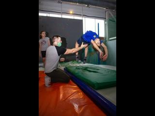 Батутный парк JUMP . тренировки по прыжкам на батуте и акробатике .