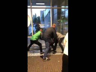 Классическая ситуация в Пятерочке Петербурга – мужик в оранжевой куртке попытался украсть шоколадки