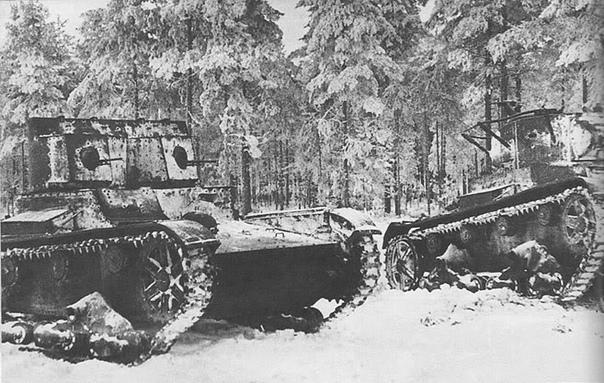 Февраль 1940 года. Карельский перешеек. Советские лёгкие танки Т-26 различных модификаций (образца 1933 года с поручневыми антеннами, зенитными устанстками и фарами для ночной стрельбы, а также образца 1931 года двухбашенные пулеметные) из...