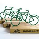 Металлическая фигурка велосипеда на подставке из дерева