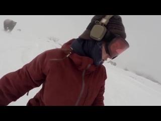 Сноубордистка случайно сняла гнавшегося за ней медведя. Повезло. Начало 0:48