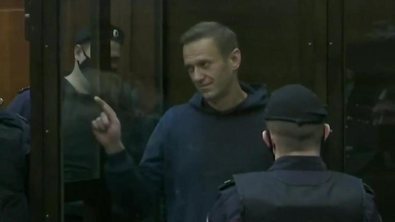 Навальный жене Юлии перед уходом нарисовал сердечко и крикнул Пока не грусти все будет хорошо