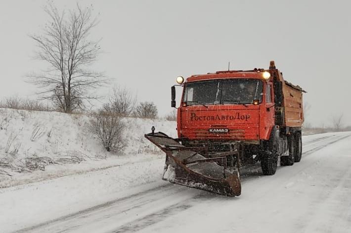 В Ростовской области на расчистке дорог от снежных заносов задействовано более 400 единиц спецтехники