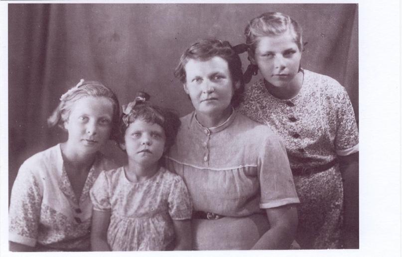 Семья Крутецких, лето 1946 г., Таня, Наташа, мама (Анна Сергеевна), Ирина