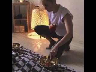 Сеанс вибрационного массажа чашами