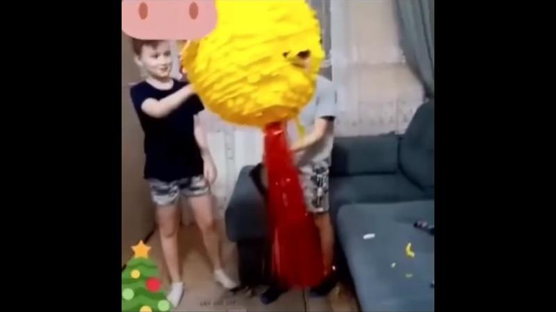 Разбивание новогоднего пиньята