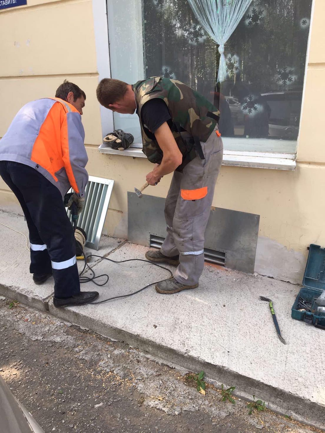 Установка решеток на продухи подвала улица Лепсе