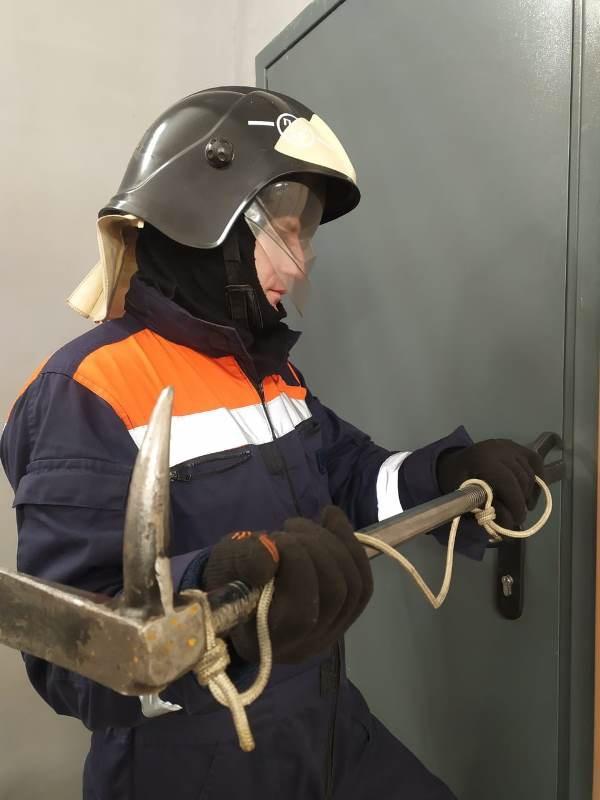Работники поисково-спасательного отряда №12 #Мособлпожспас деблокировали дверь квартиры жилого дома, где находился мужчина, страдающий болезнью Паркинсона