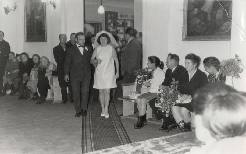 Торжественная регистрация брака в сельсоветах, фото из альбома 1969 года. Мелеузовский историко-краеведческий музей