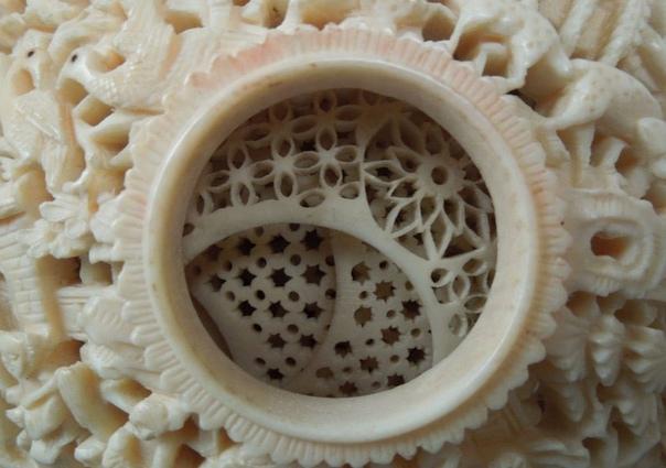 Интересно.«Дьявольские» шары ВXVII веке вКитае появился такой вид резьбы покости как «шар вшаре» (вложенные друг вдруга костяные ажурные шары, украшенные миниатюрным узором) вещь,
